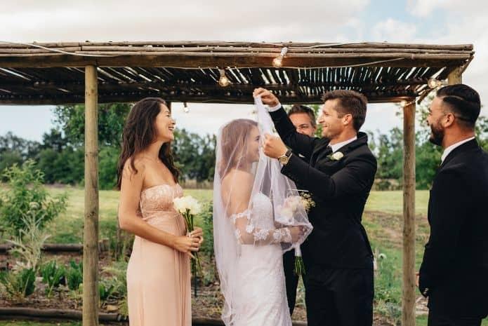 mariés entourés de ses témoins qui remplissent leurs rôles