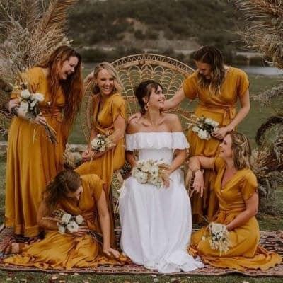 mariée assise entourée de ses demoiselles d'honneur
