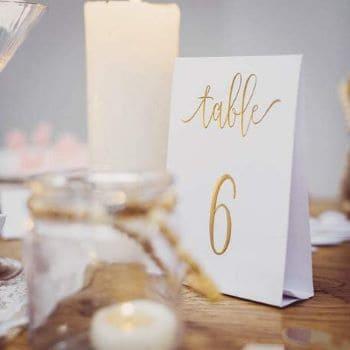 marque table pour mariage en calligraphie