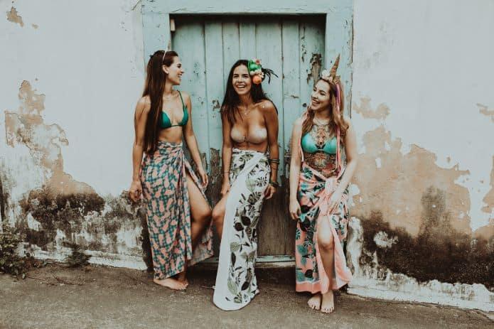 3 femmes déguisées pour un enterrement de vie de jeune fille
