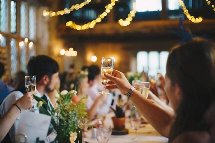 toast posté à un mariage lors d'un service à table