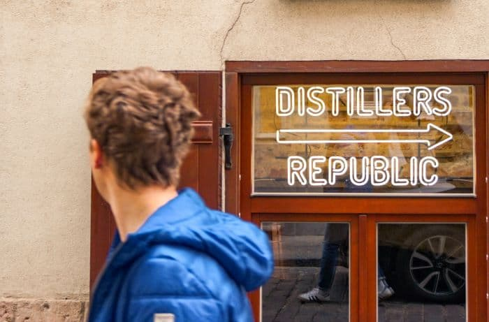 homme passant devant une distillerie à riga