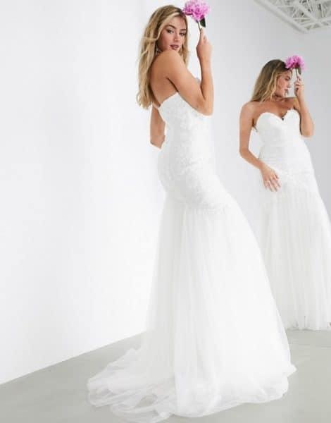 femme posant dans une robe de mariée sirène
