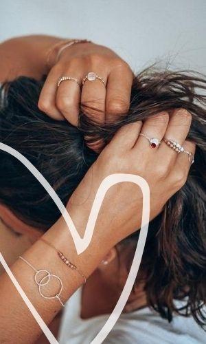 femme se relevant les cheveux et portant des bijoux de mariage