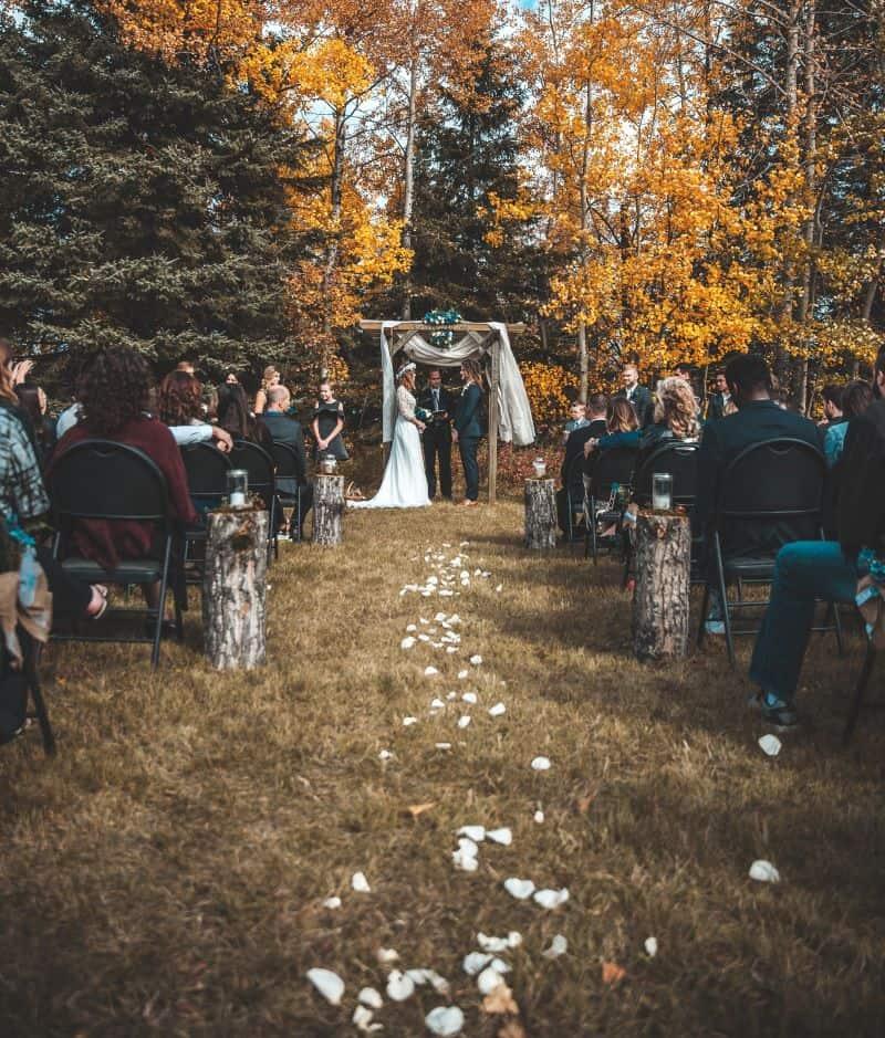 couple se mariant pendant une cérémonie laique organisée en forêt en automne