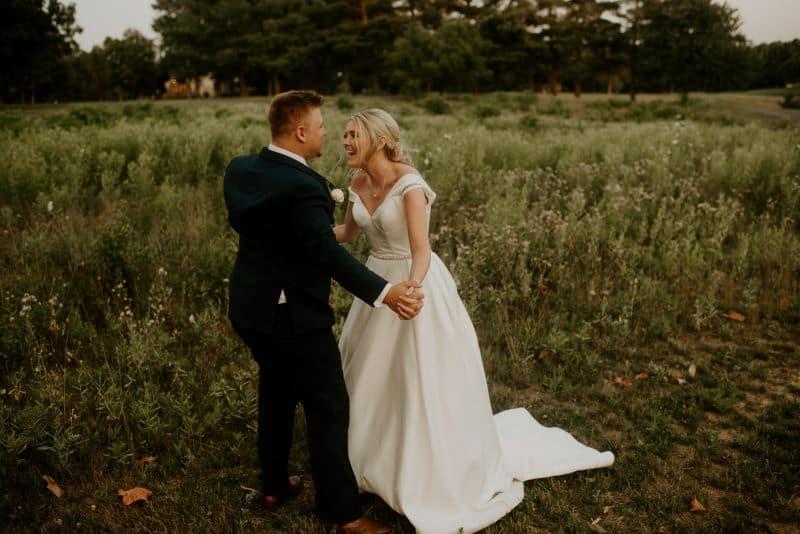 deux mariés pendant leur mariage