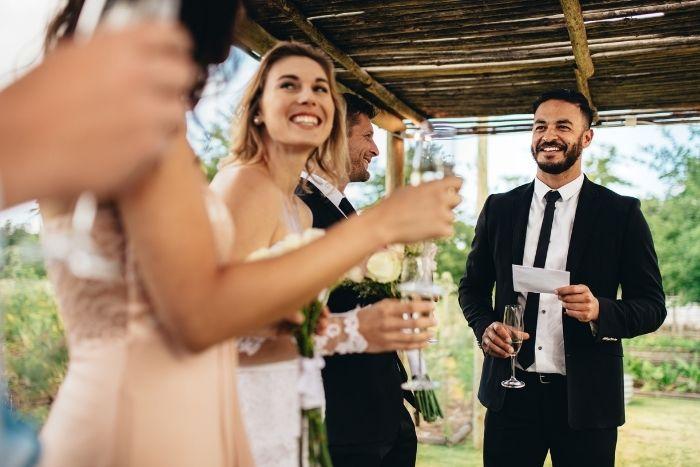 marié faisant un discours lors de son mariage