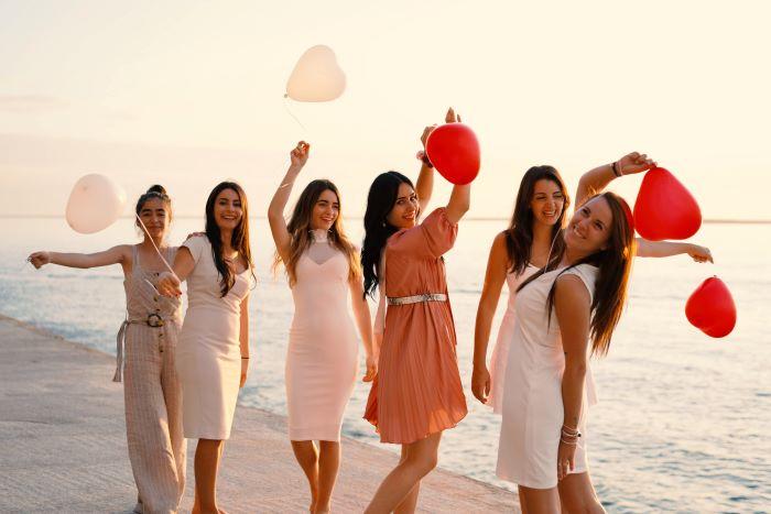soirée entre filles sur la plage pour une annonce de demoiselles d'honneur