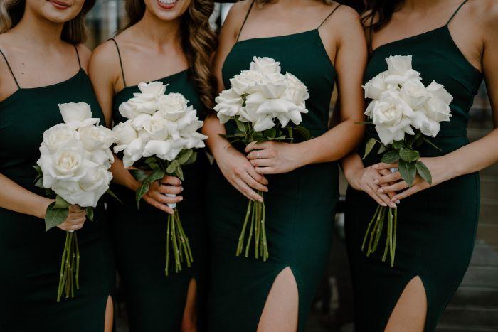 demoiselles d'honneur tenant un bouquet blanc