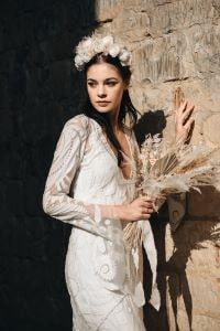 femme portant une couronne de fleur bohème