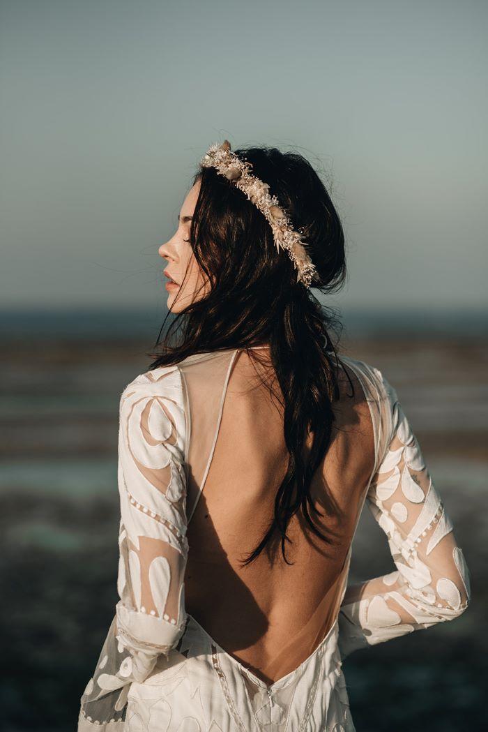 femme portant une couronne de fleur de créateur pour son mariage bohème