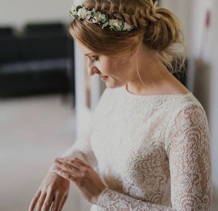 femme portant une couronne de fleur de mariage de créateur