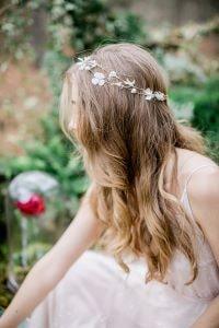 femme portant une couronne de fleur très fine pour son mariage