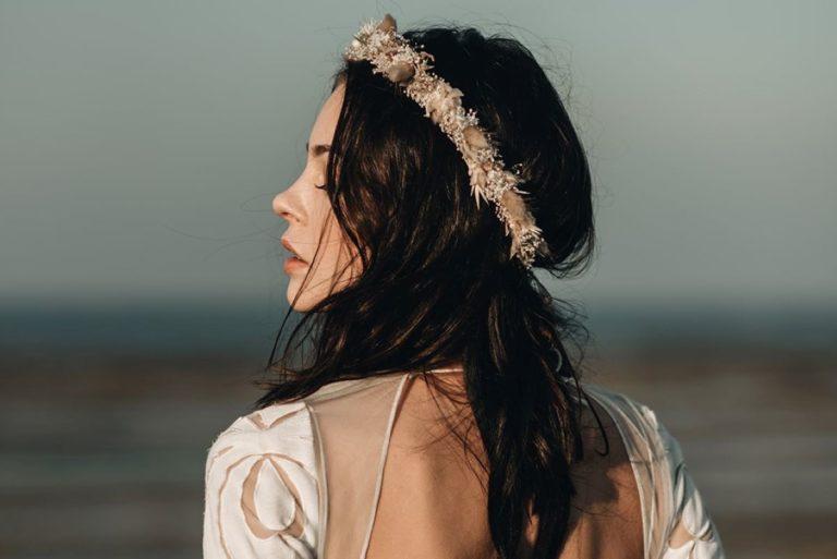femme portant une couronne de fleurs de mariée
