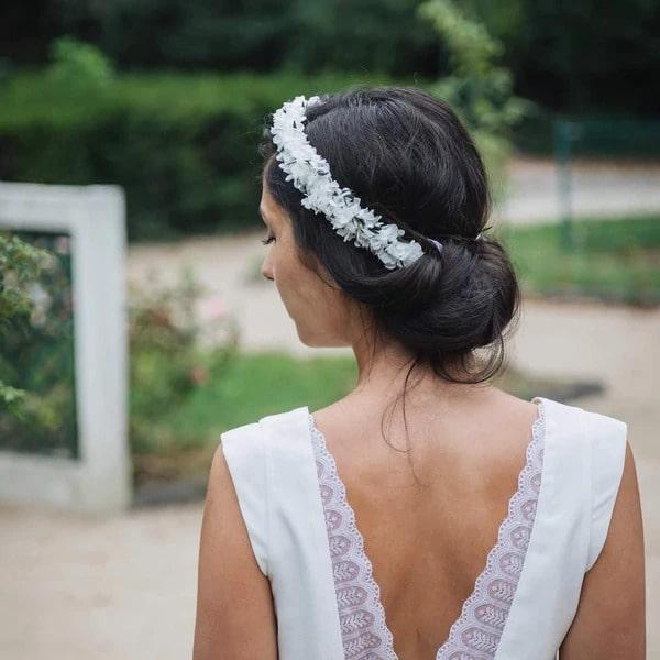 femme portant une couronne de fleur de créateurs