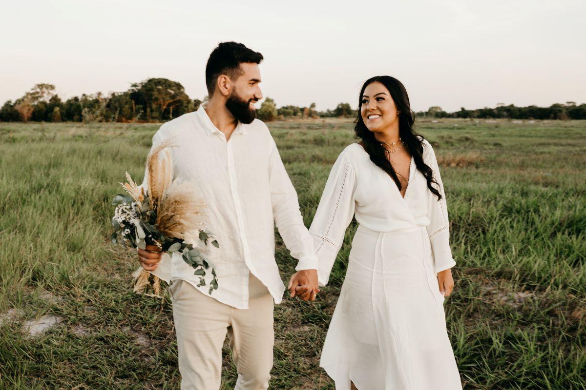 couple de marié portant une tenue de mariage simple pour diminuer les coûts