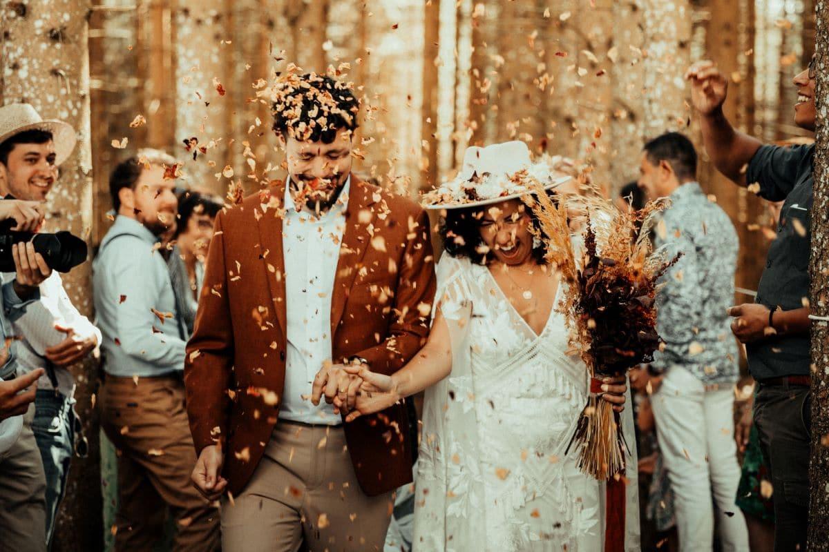 homme portant un costume sans cravate pendant un mariage