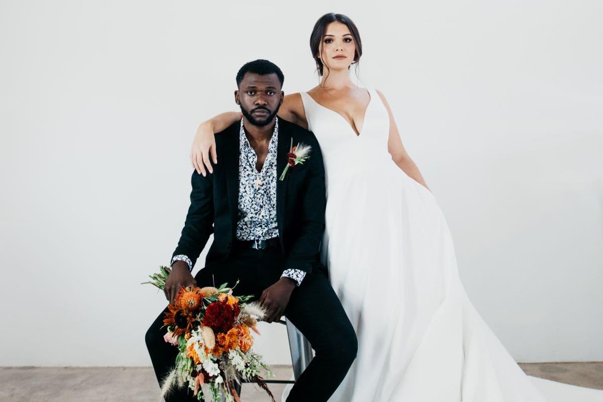 couple de mariés après avoir signé leur contrat