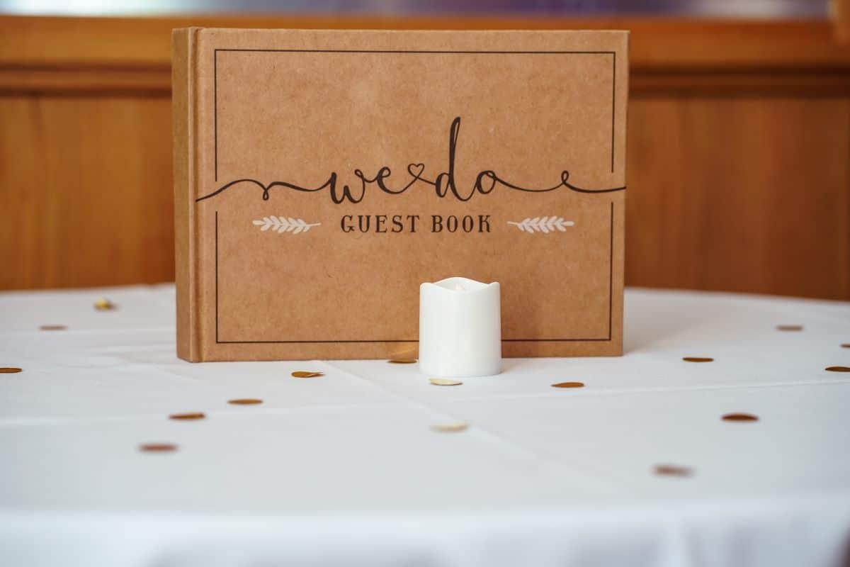livre d'or des mariés en papier craft avec une bougie