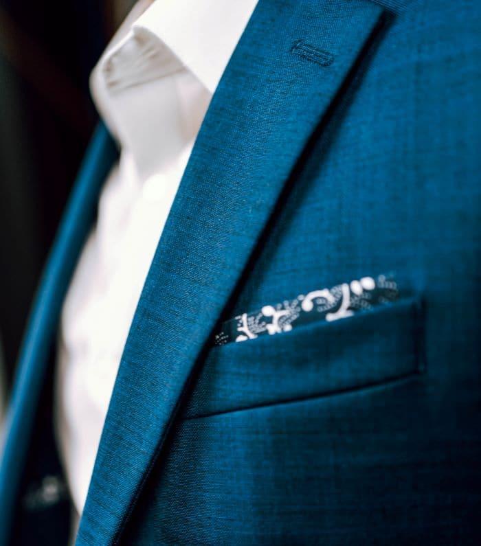 homme portant un costume bleu sans cravate