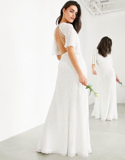 femme quinquagénaire portant une robe de mariée