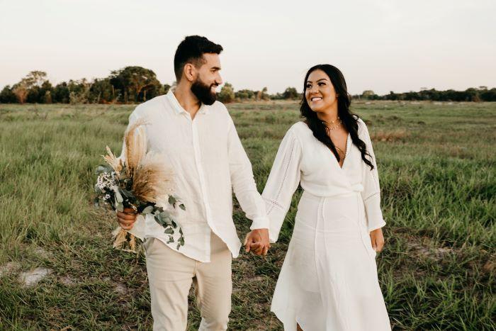 couple de mariés avec une tenue simple et économique