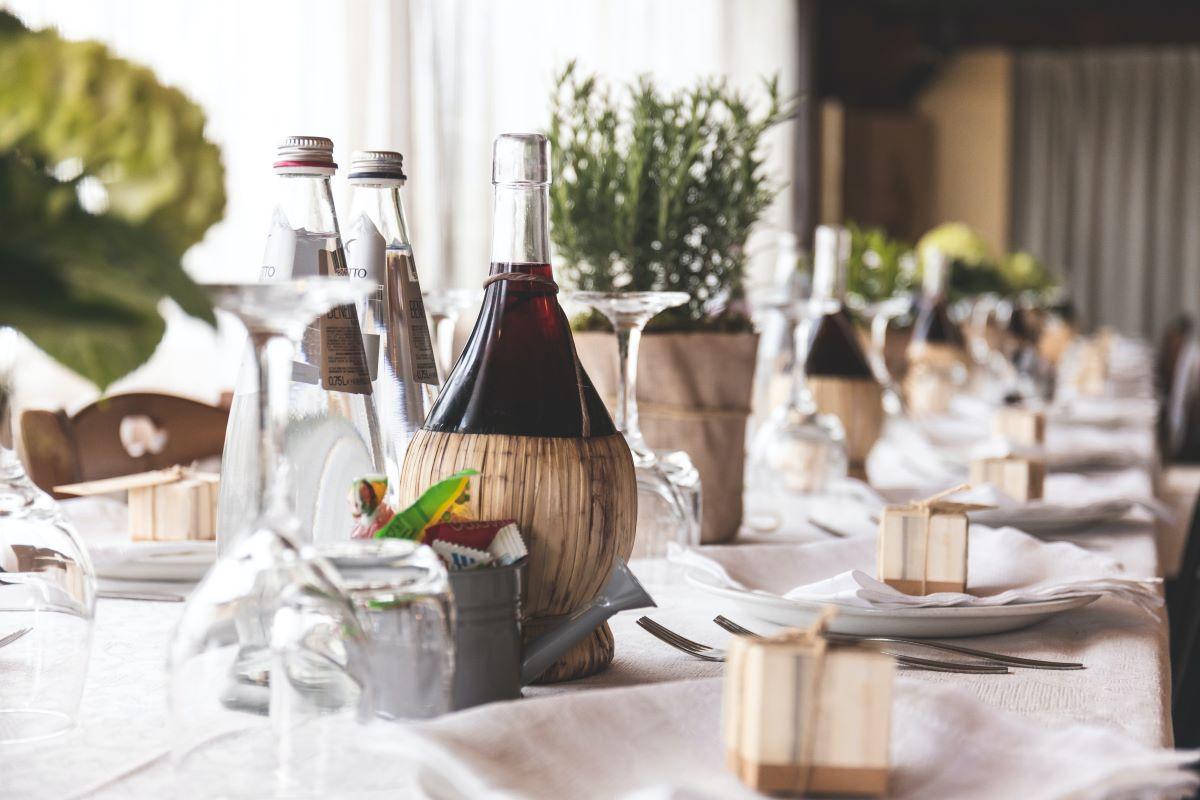 table de traiteur dressée pour mariage haut de gamme