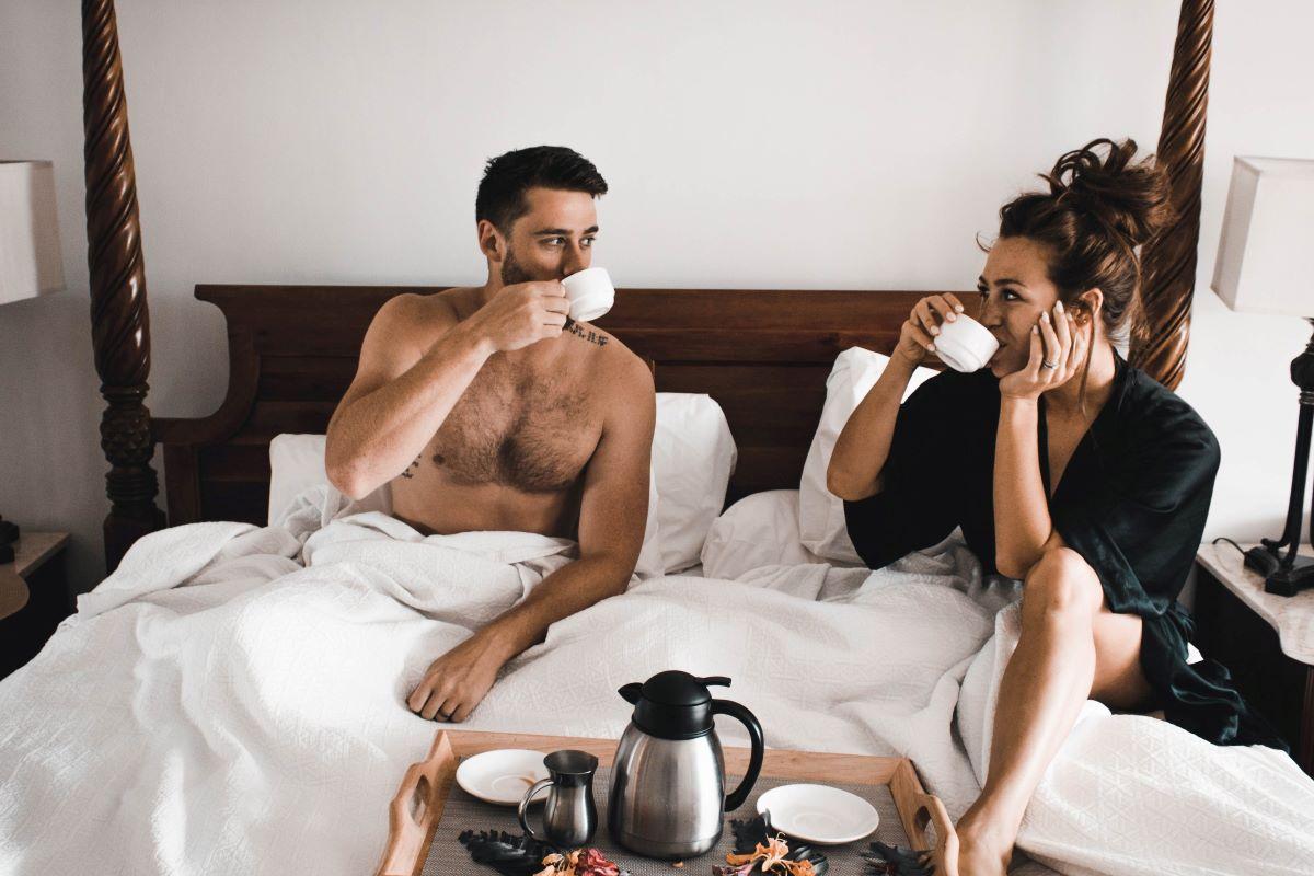 couple buvant un café pendant leurs congés avant le mariage