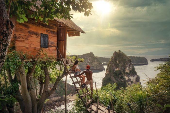 couple sur une échelle dans une cabane pendant leur lune de miel à moindre coût