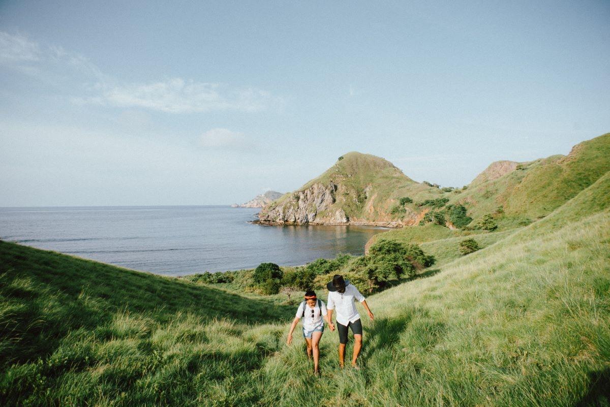 jeunes mariés dans un paysage verdoyant pendant leur lune de miel à moindre coût