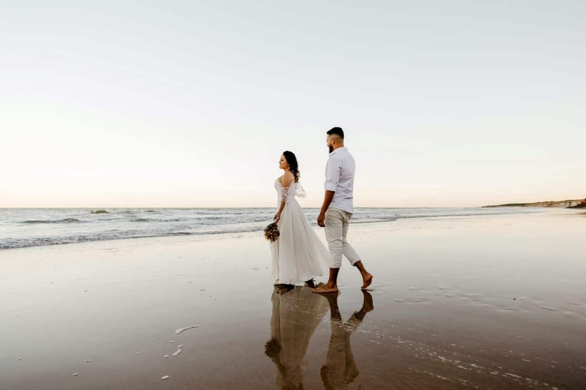 couple de mariées sur la plage pendant leur mariage minimaliste